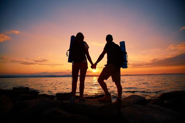 casal apaixonado aventureiro