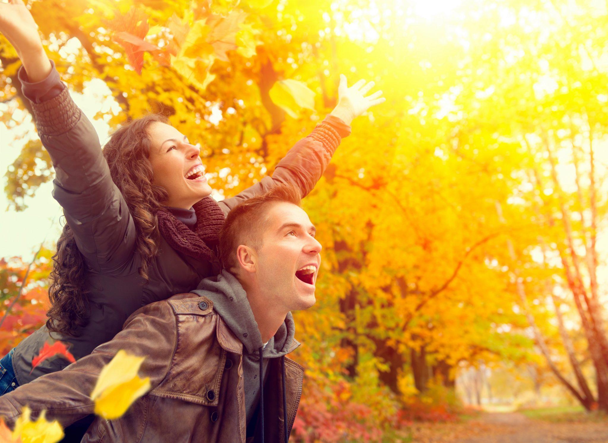 mulher feliz nas costas do homem amado