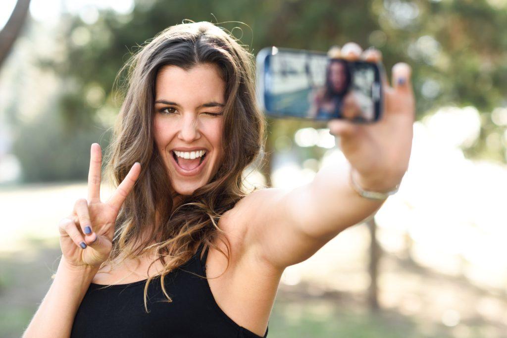 mulher feliz tirando selfie